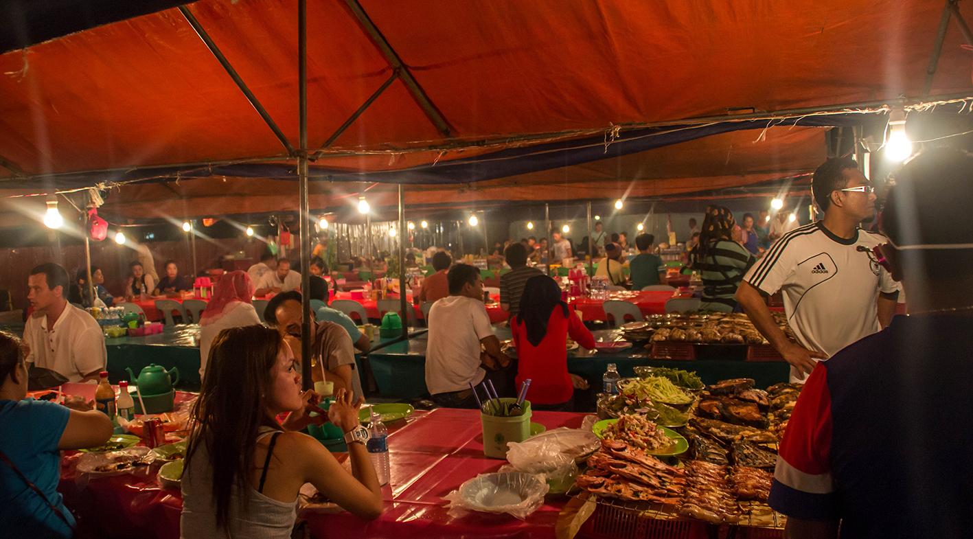 På Kota Kinabalus marknad går det att få billig och riktigt god malaysisk mat.