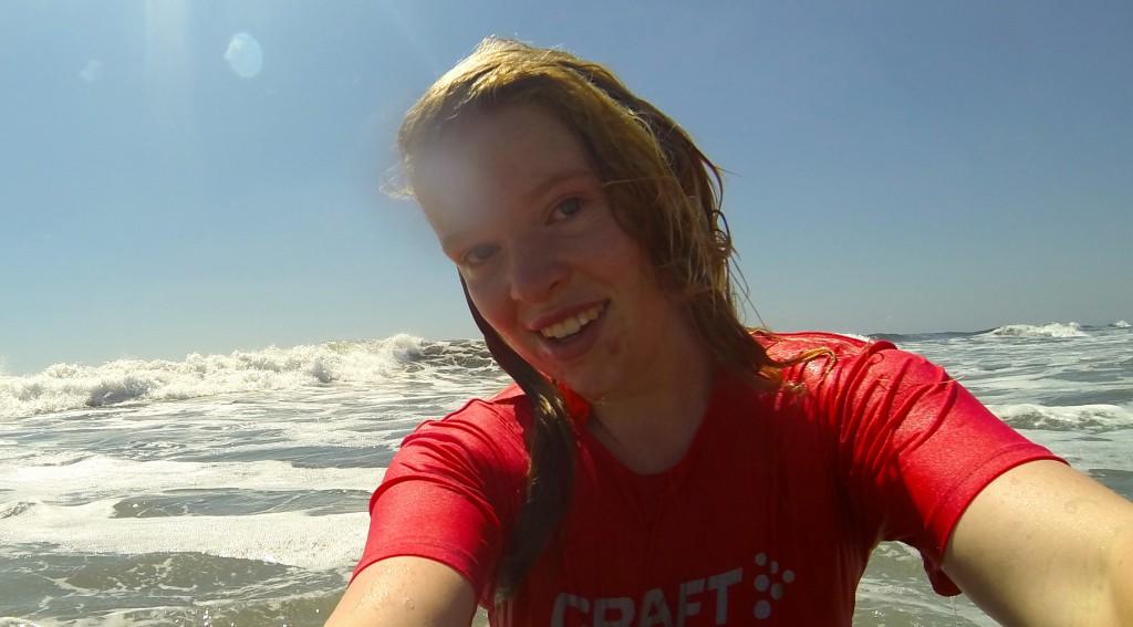 Sanna Sandberg tar sig ett dopp i havet. Foto: Privat