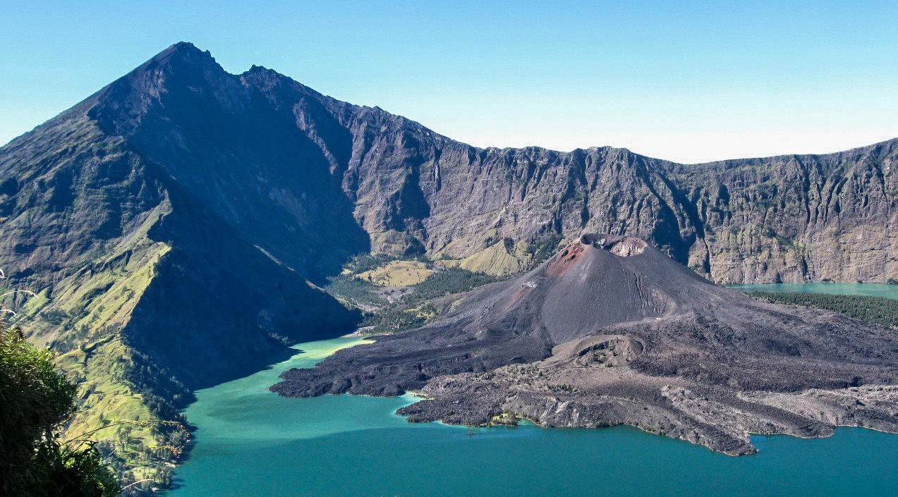 Rinjanis topp ses till vänster. I mitten vulkanen. Foto: trekkingrinjani