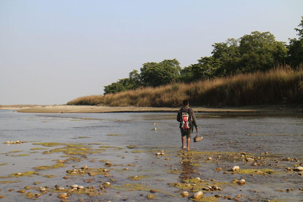 Min guide leder vandringen i Bardia Nationalpark. Foto: Josefine Nilsson