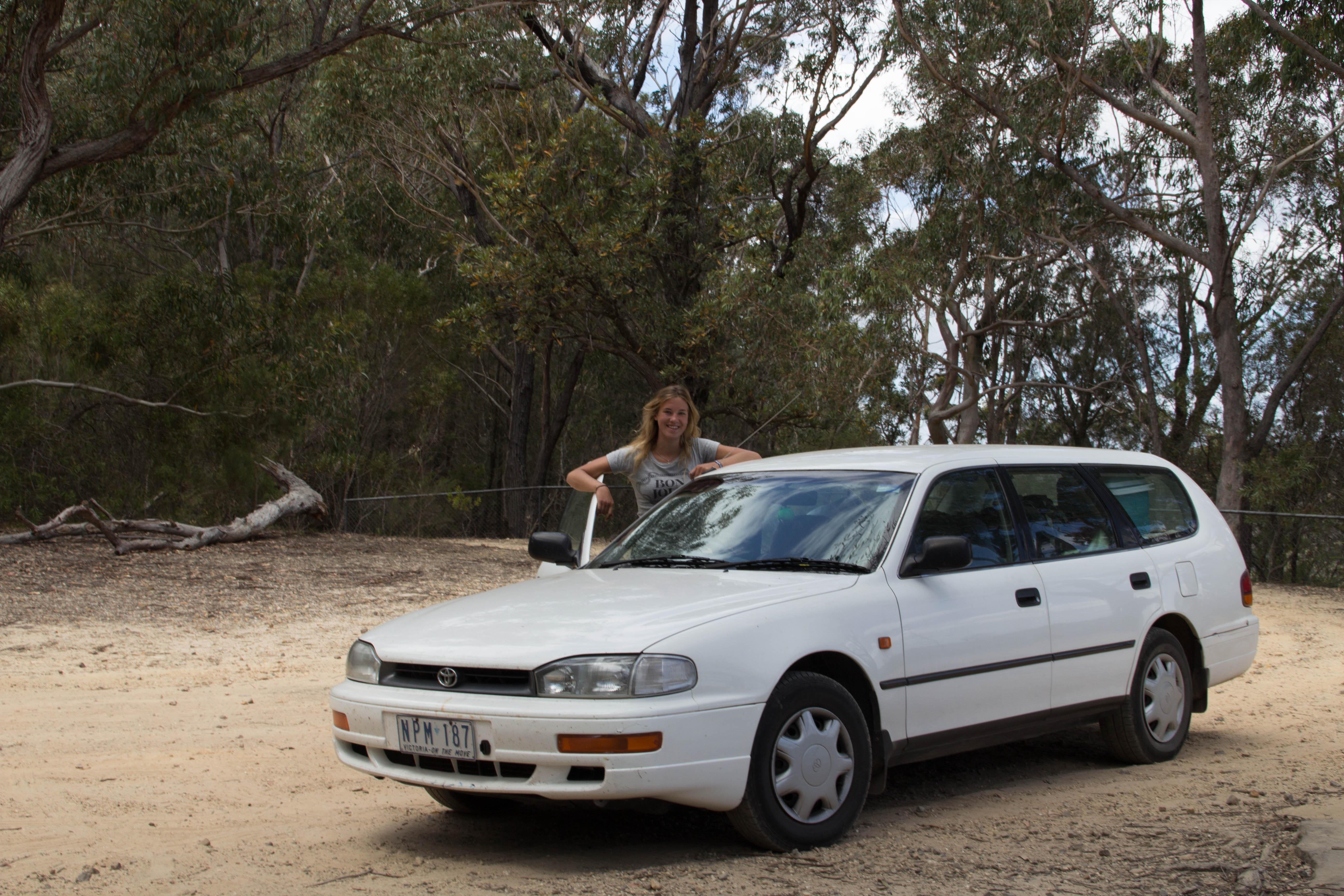 Britta med sin vita Toyota hon har döpt till Bilis. Foto: Patrik Enlund