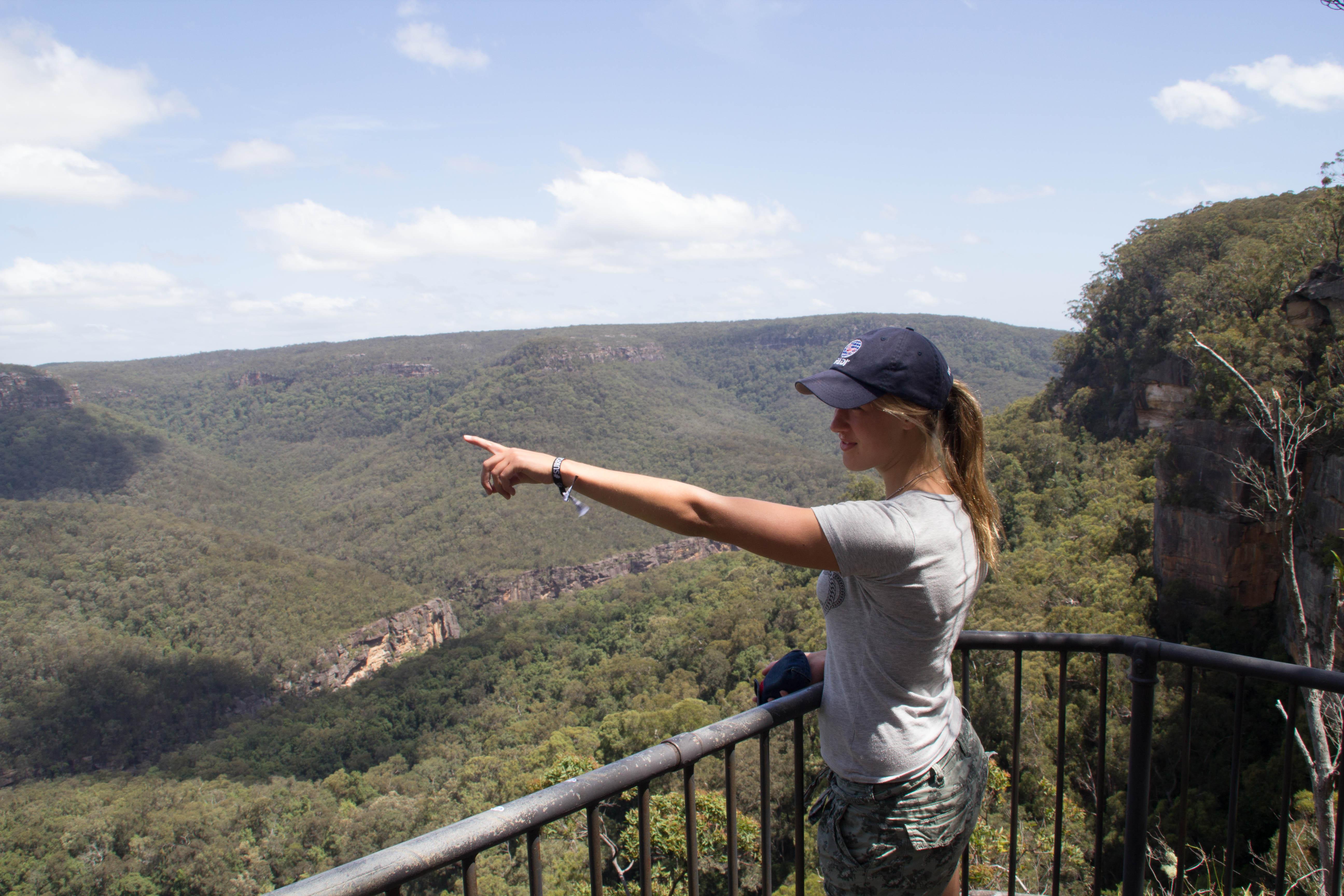 Britta Henriksson njuter av utsikten i en av alla nationalparker i Australien. Foto: Patrik Enlund