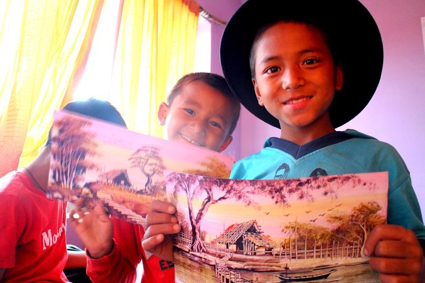 Barn poserar glatt i Nepal
