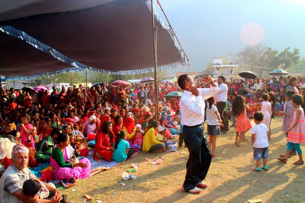 På den årliga potatisfestivalen i Hemja dansar folk i alla åldrar till traditionell nepalesisk livemusik.
