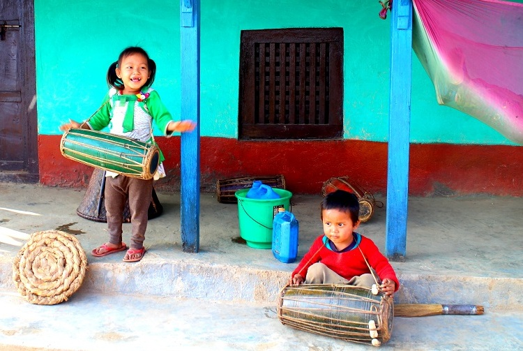Sång, dans och musik i en liten by utanför Bandipur.