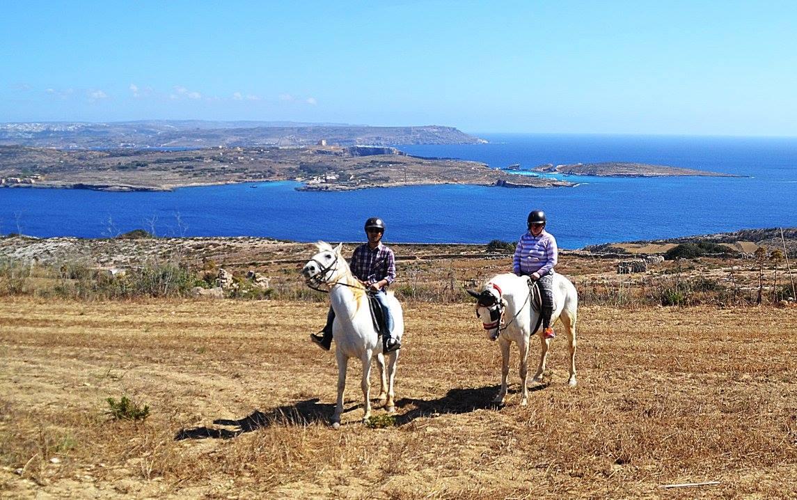 Ridning på Gozo. I bakgrunde The blue Lagoon på ön Comino, långt bak ser man Malta.