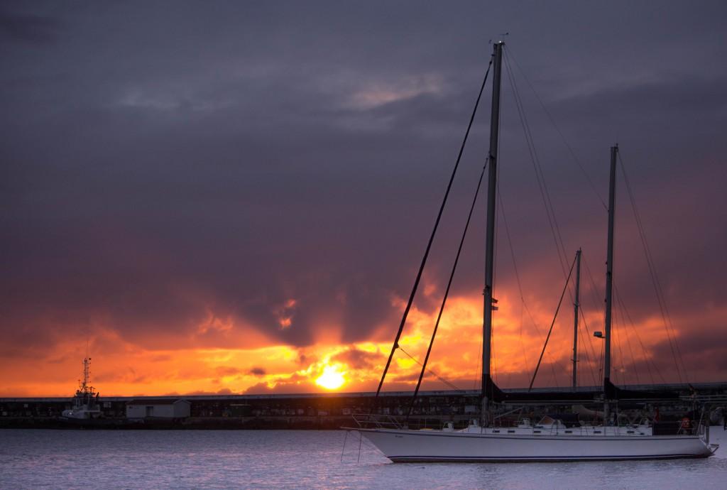 Dag 33: Soluppgång sedd från den välkända hamnen i Horta på ön Faial i Azorerna, där seglare från hela världen stannar under deras resa över Atlanten. Foto: Mari Gutic
