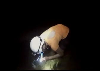 Ulrika släcker törsten i en grotta på Borneo! (Foto: privat)