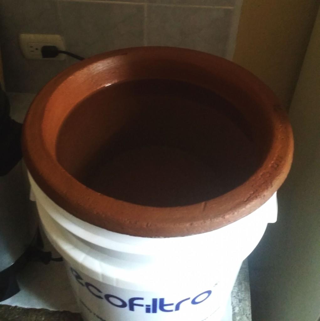 Lerkrukan som filtrerar vattnet! (Foto: privat)