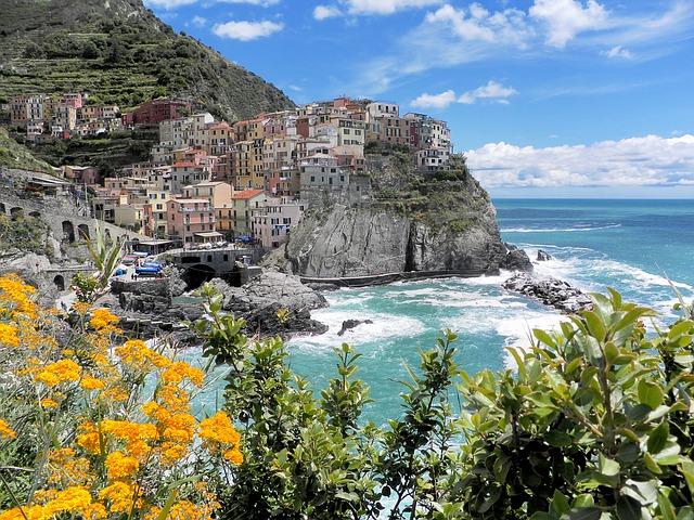 Under min tågluffning runt Europa vandrade jag i Cinque terre mellan små fiskebyar på den Italienska riviäran. Bild: pixabay.com