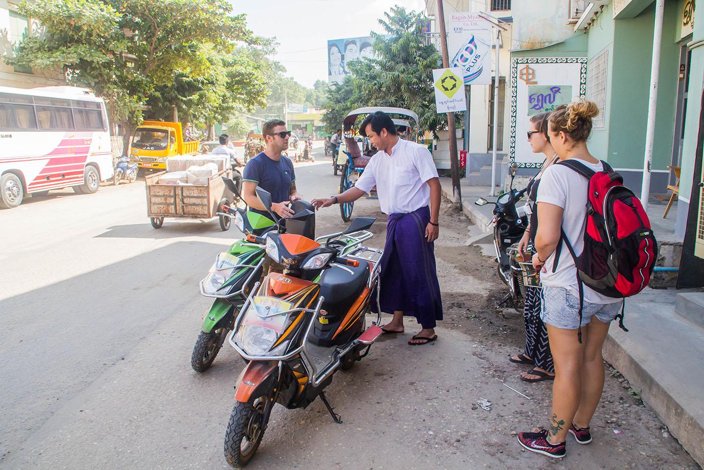 Vi hyr elmopeder via vårt boende för 5000 Kyat per dag.
