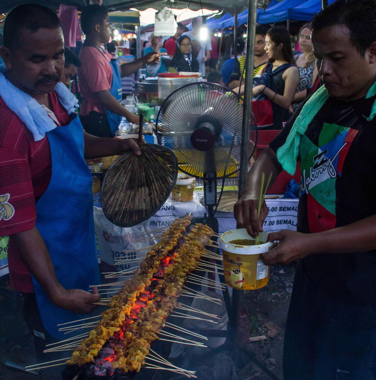 """""""Chicken satay"""". Klassiskt Malaysia. Satay är marinerat kött eller kyckling på grillspett, som ofta serveras med en kryddig jordnötssås. Kan även serveras med ris. Foto: Patrik Enlund"""