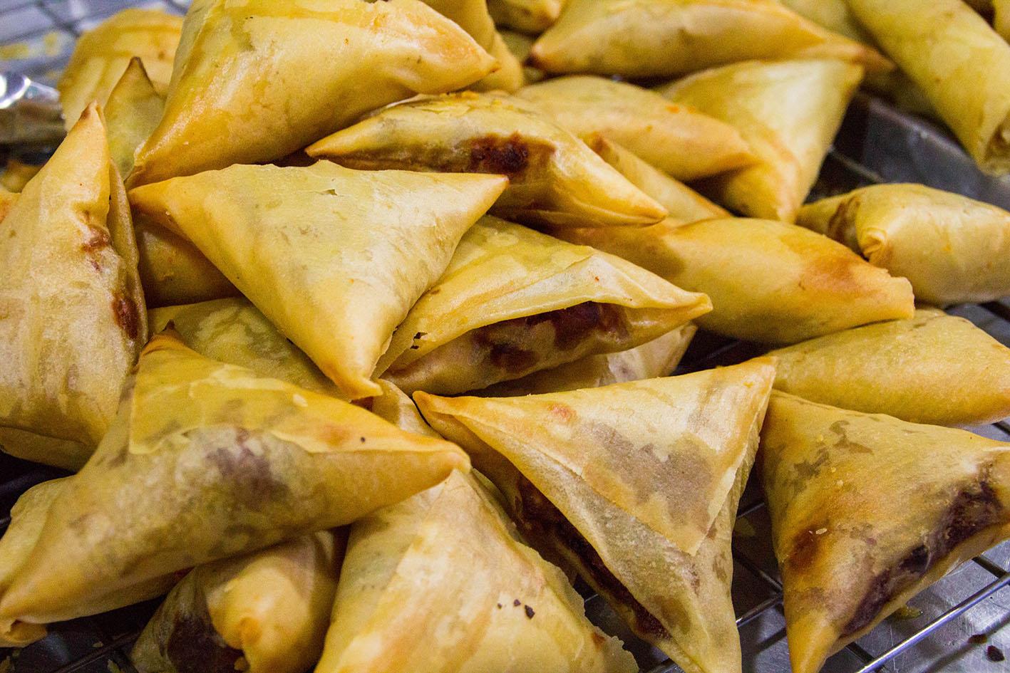 Samosa. Fyllda friterade små paket i triangulär form. Fyllningen kan variera. Kyckling, kött eller något mer åt efterrättshållet som kokos eller annat sött. Foto: Patrik Enlund