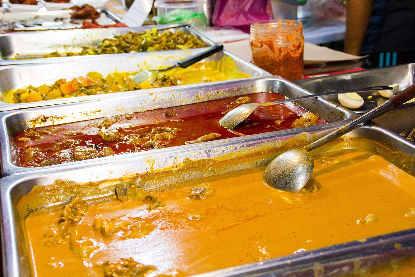 Utbudet av mat är stort. Får det lov att vara en starkt kryddad gryta med ris? Foto: Patrik Enlund