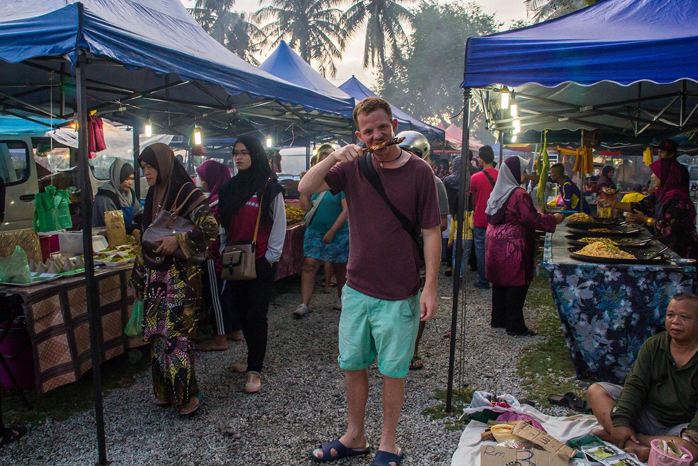 Att äta stående och gående på matmarknad är något av det bästa jag vet. Foto: Leanne Richardson