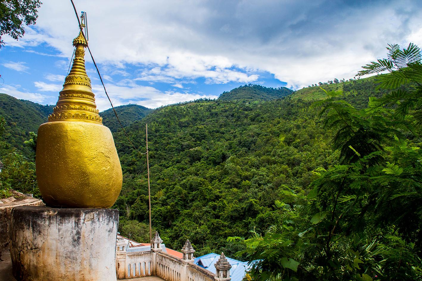 """På högsta punkten vid munkklostret står en kopia av """"Golden Rock"""" som är en religiös plats i södra Burma."""