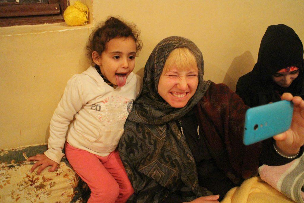 Spenderade tre månader i Marocko där jag bodde hos flera gästvänliga familjer. Härtqar jag en selfie med den yngsta i familjen i en liten by utanför Marrakech. Foto: Josefine Nilsson