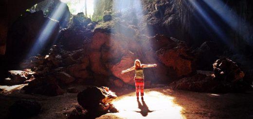 Vandrade och sov en natt i en stor grotta i Malaysias djungel. Morgonljus förvandas till strålkastare i  Taman Negara nationalpark. Foto: Josefine Nilsson