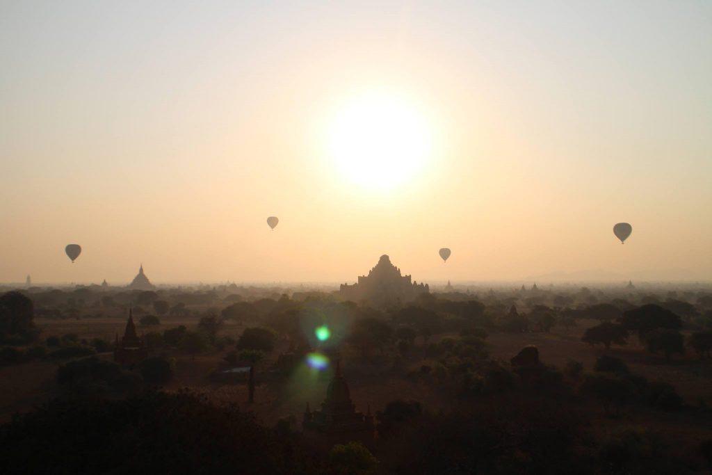 Magisk soluppgång med utsikt över tusentals tempel i Bagan. Foto: Josefine Nilsson