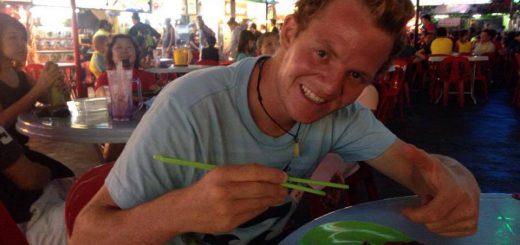 Här äter jag krispig anka från ett av stånden på Red Garden, en food court i Georgetown på Penang, Malaysia.