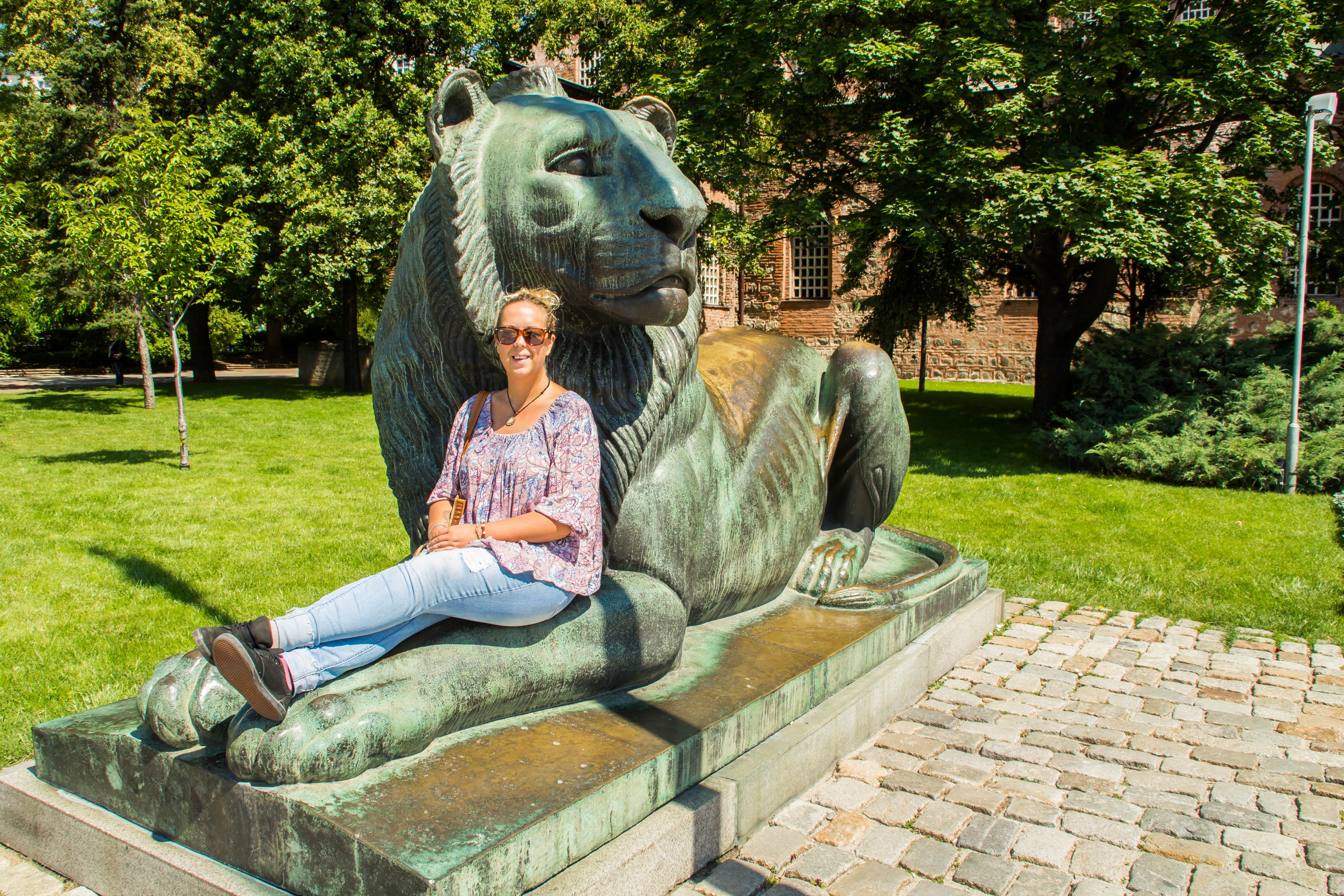 """Staden Sofia älskar lejon. Den bulgariska valutan heter """"Lev"""" vilket betyder just lejon. Bulgarerna ser sig själva som starka och modiga och därför har lejonet blivit en symbol. Överallt i staden hittar du stora lejonstatyer eller symboler."""