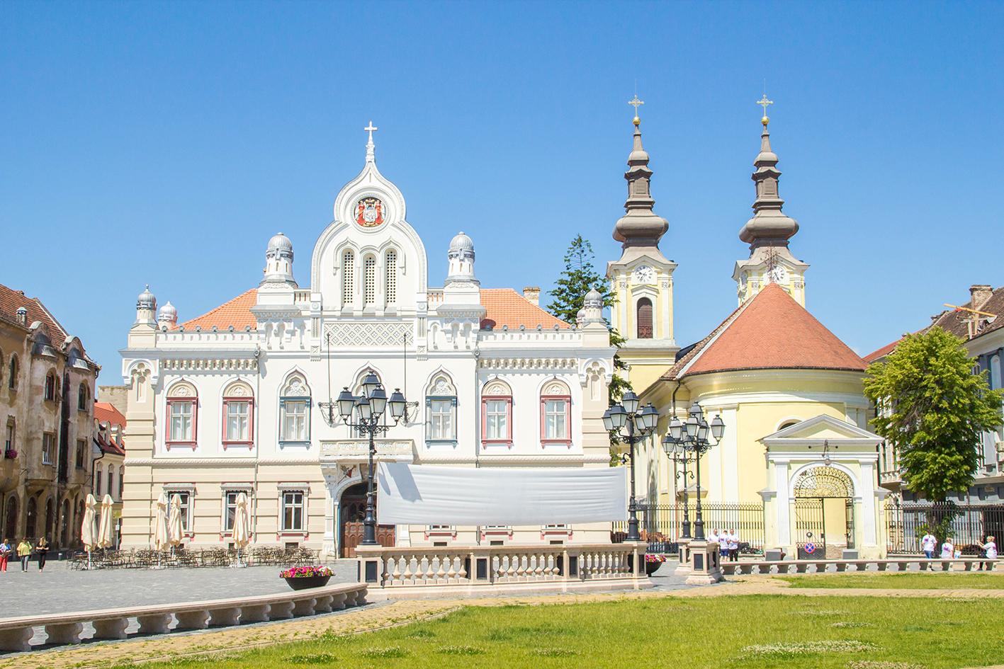 """Till vänster serbisk-ortodoxa-kyrkan och till höger kyrkan """"Vicariatul Sârbesc""""."""
