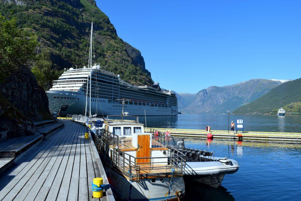 Nästan varje dag under sommaren får Flåm besök av tusentals turister från kryssningsfartyg. Foto: Josefine Nilsson