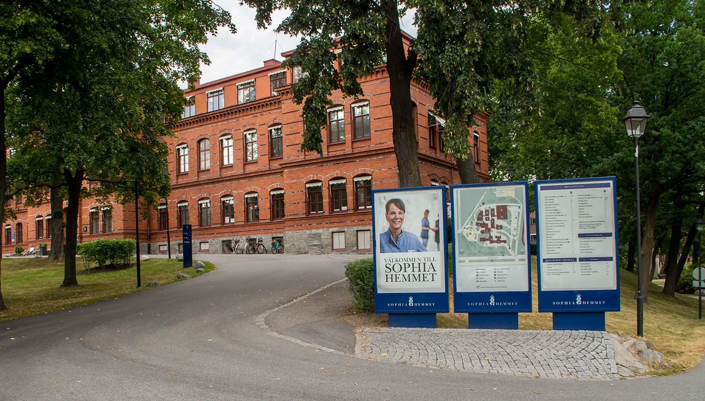 Såhär ser det ut om du går in till Sophiahemmet från Valhallavägen precis vid hörnet mot Stockholm Stadion.