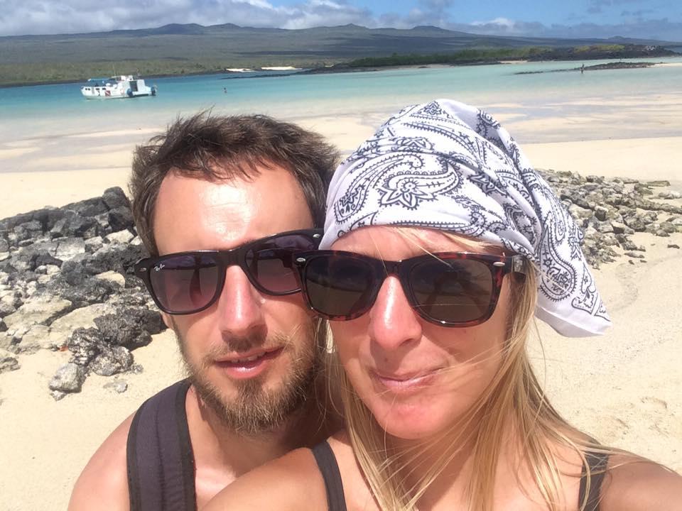 Gunnar och Sari på en strand på Galapagos-öarna. Foto: Privat