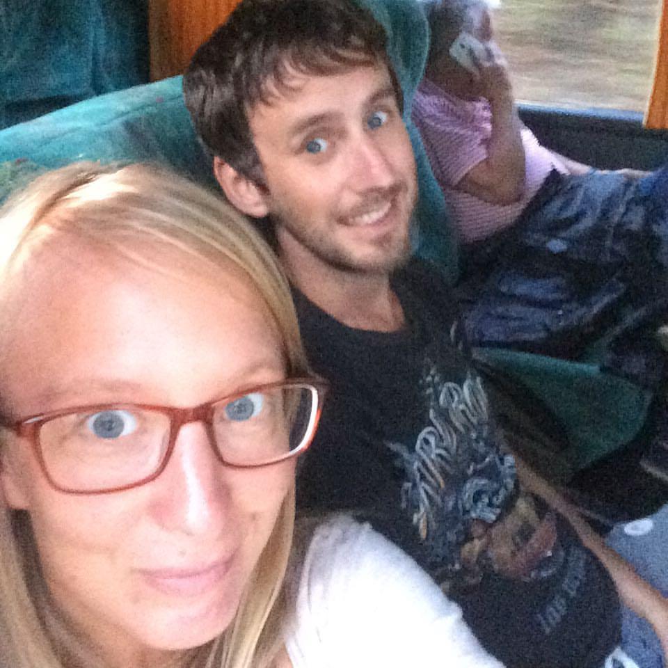 Sari och Gunnar på en buss på väg till Panama. Foto: Privat
