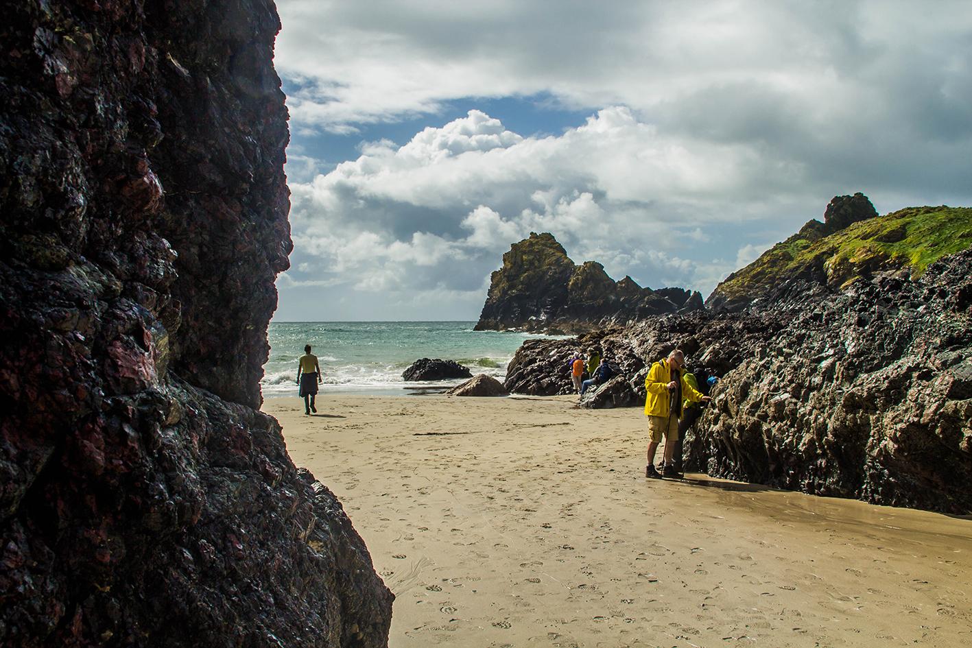 Vid Kynance Cove kan man vid lågvattnet komma ner bland klipporna och vandra runt.
