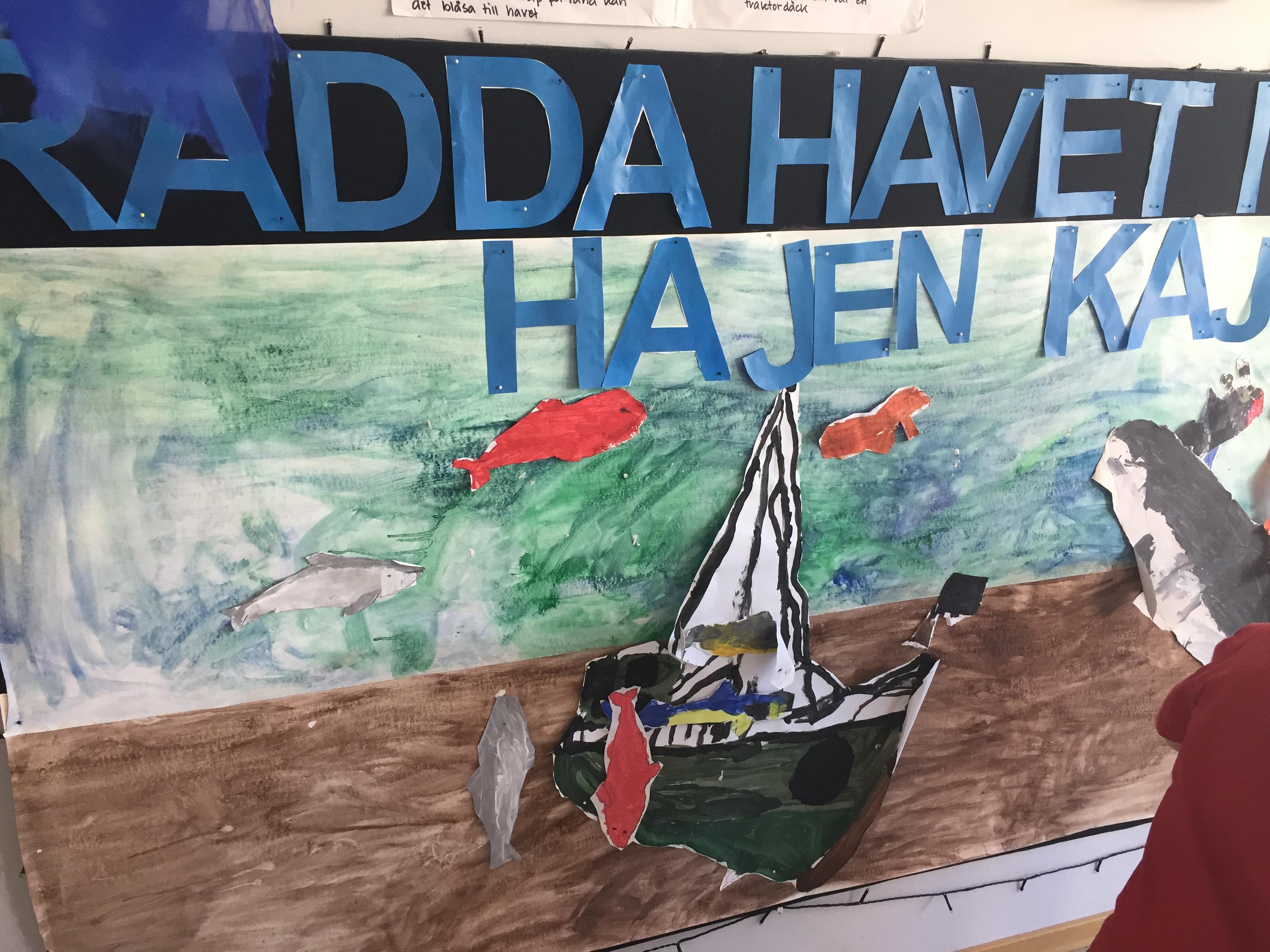 """""""Rädda havet med Hajen Kaj"""" syftar på en saga som barnen har läst tillsammans."""