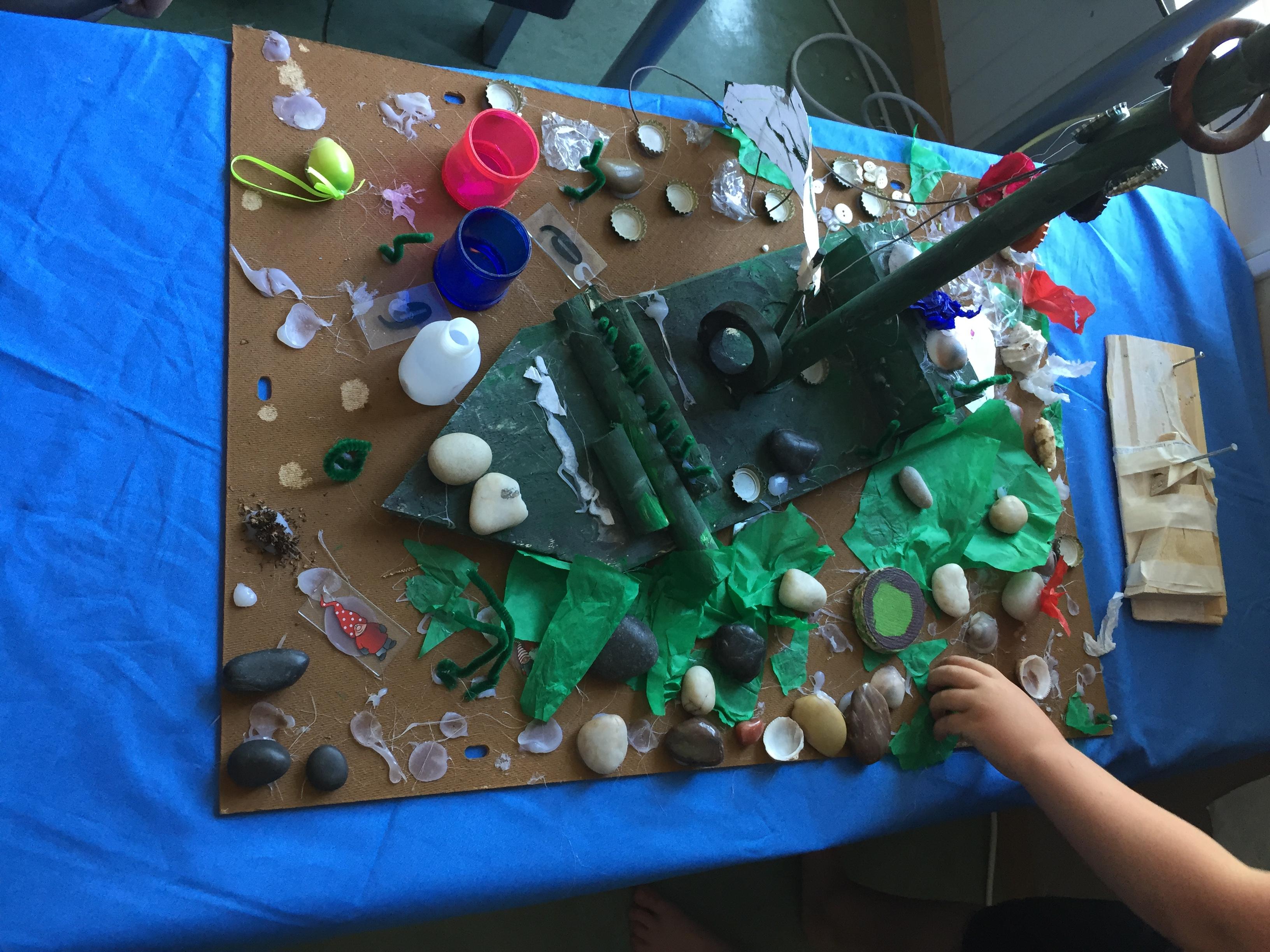Några av barnen har hjälpts åt att bygga ett skeppsvrak på havets botten.